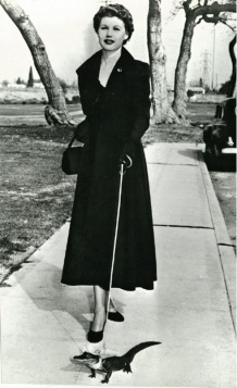 Une dame promenant un crocodile, 1950